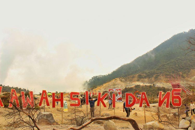Sejumlah wisatawan nampak masih nampak ramai di Kawah Sikidang, pasca erupsi Kawah Sileri, Dieng yang terjadi pada Minggu (2/7/2017).