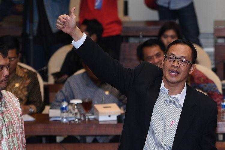 Terpidana kasus suap Pilkada Muchtar Effendi (kanan) dan keponakannya Miko Panji Tirtayasa (kiri) bersiap memberi keterangan dalam rapat dengar pendapat umum dengan Pansus Hak Angket KPK di Kompleks Parlemen, Senayan, Jakarta, Selasa (25/7). Pansus Hak Angket KPK memanggil Muchtar dan Miko untuk dimintai keterangan terkait dugaan penyimpangan dalam penanganan kasus korupsi di KPK. ANTARA FOTO/Sigid Kurniawan/ama/17.