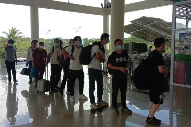 Sebanyak 29 Tenaga Kerja Asing (TKA) dari PT. Bintan Alumina Indonesia (BAI) yang sempat tertunda pemulanganya, akhirnya selesai dipulangkan semua. Sama seperti 10 TKA sebelumnya, ke 29 ini juga dipulangkan ke China melalui jalur Jakarta dan dari Bintan diterbangkan ke Jakarta melalui bandara Raja Haji Fisabililah (RHF) Tanjungpinang sekitar pukul 11.00 WIB, Jumat (3/3/2020) kemarin.