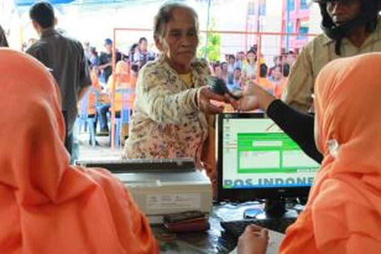 Seorang warga lanjut usia sedang menerima uang BLSM tahap kedua di Kantor Pos jalan Pemuda, Singkawang, Kalimantan Barat, Senin (9/9/2013).