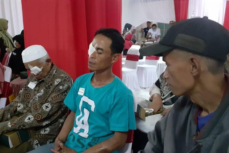 Suherman (30) berbincang setelah menjalani operasi katarak gratis di RS. Bhayangkara Sartika Asih Bandung yang diselenggarakan SDM Polri dan Sido Muncul.