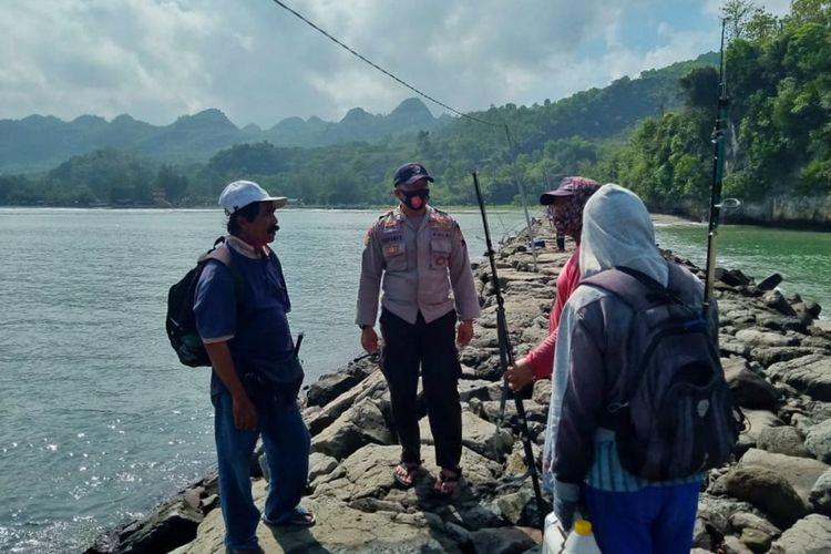 Seorang pemancing bernama Sanrusdi (60) hilang tersapu gelombang tinggi di spot pemecah ombak Patai Logending Desa Ayah Kecamatan Ayah Kabupaten Kebumen, Jawa Tengah, Minggu (27/6/2021).