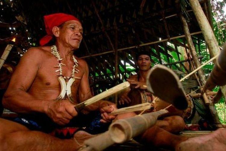 Masyarakat adat di seluruh Indonesia berjuang dengan cara mereka sendiri untuk memerangi virus corona yang mewabah dengan melakukan adat dan ritual masing-masing untuk mencegah penularan penyakit pernapasan mematikan ini.