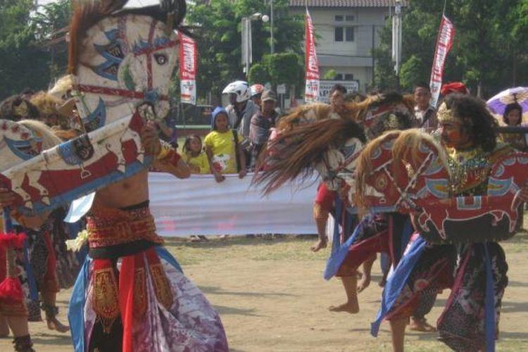 Ilustrasi: Kuda lumping atau jaran kepang, salah satu seni pertunjukan tradisional yang masih bertahan, meski di sejumlah daerah sudah surut.