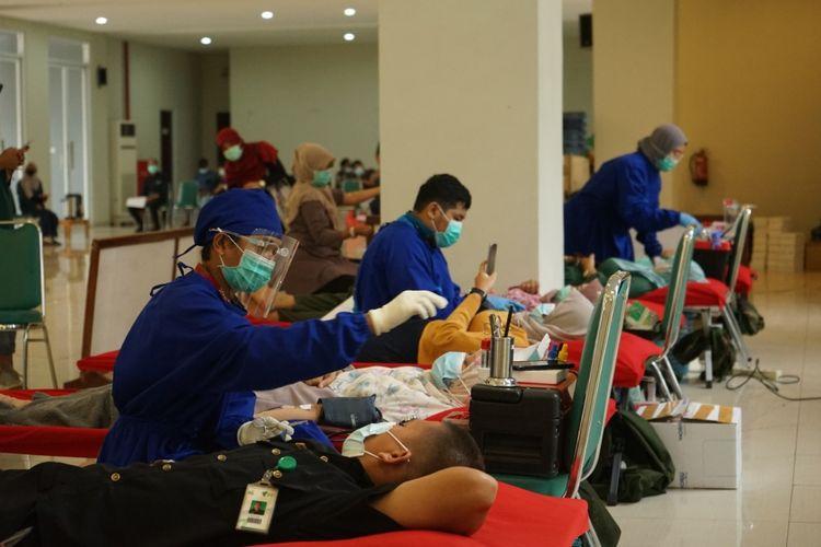 Masyarakat antusias mengikuti donor darah dalam gerakan 1.000 kantong darah yang diinisiasi para relawan dari Dompet Dhuafa Volunteer. Kegiatan yang bergulir di 33 Kota di Seluruh Indonesia tersebut, berlangsung dari Oktober hingga Desember 2020, dengan semangat mengamankan stok darah PMI.