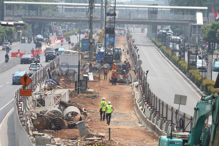 Pekerja mempersiapkan lahan untuk pembangunan LRT jalur Cawang-Dukuh Atas, di Jalan Rasuna Said, Kuningan, Jakarta, Rabu (9/8/2017). Guna mengantisipasi kemacetan akibat penyempitan jalan saat proyek pembangunan LRT, Dinas Perhubungan DKI Jakarta menghimbau pengguna jalan untuk mencari jalur alternatif. ANTARA FOTO/Reno Esnir/kye/17