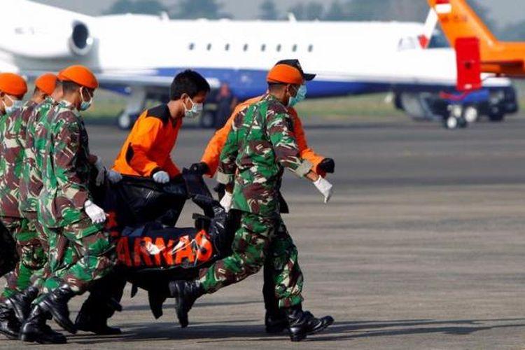 Petugas memindahkan kantong berisi jenazah korban kecelakaan Sukhoi Superjet 100 dari helikopter menuju mobil ambulans di Bandara Internasional Halim Perdanakusuma, Jakarta, Sabtu (12/5/2012). Diperkirakan hari ini dua belas jenasah akan dievakuasi dari lokasi kecelakaan menuju Rumah Sakit Polri RS Sukanto, Kramatjati, Jakarta Timur, untuk diindentifikasi.