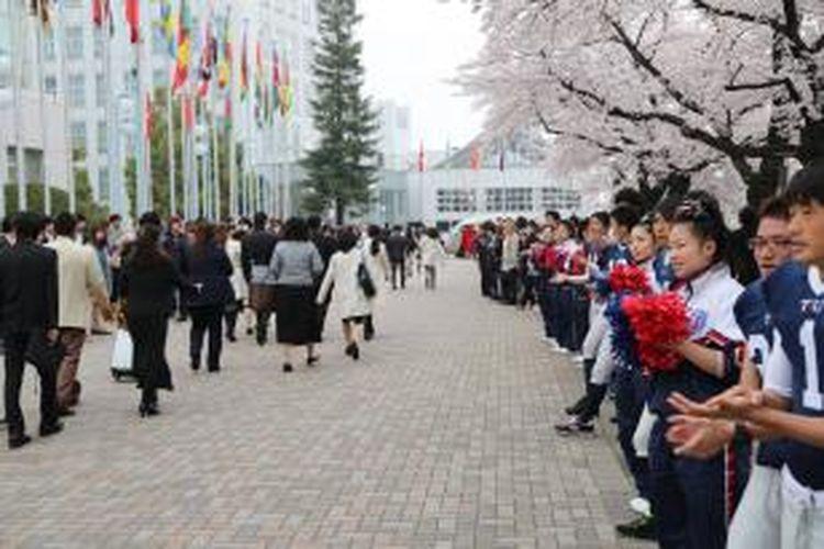 Bunga-bunga Sakura yang bermekaran dalam lingkungan kampus di Jepang.
