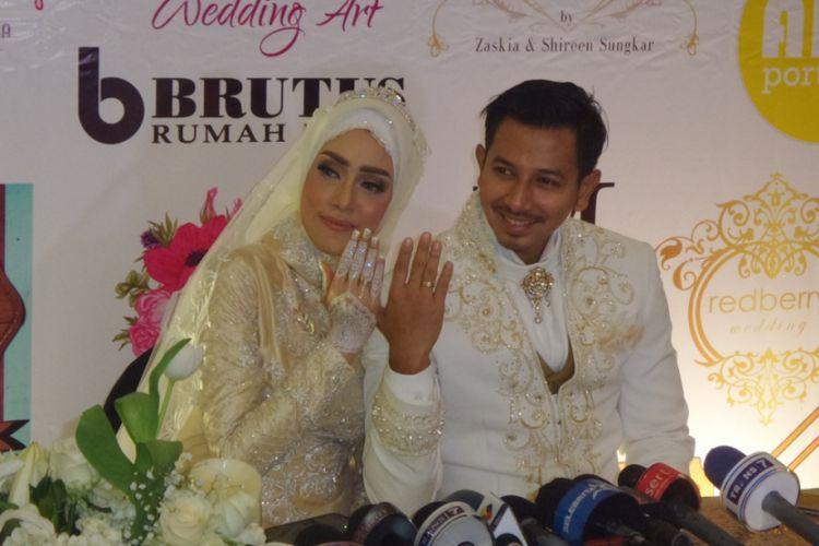Fairuz A Rafiq dan Sonny Septian usai melangsungkan akad nikah di JS Luwansa, Kuningan, Jakarta Selatan, Minggu (21/5/2017).