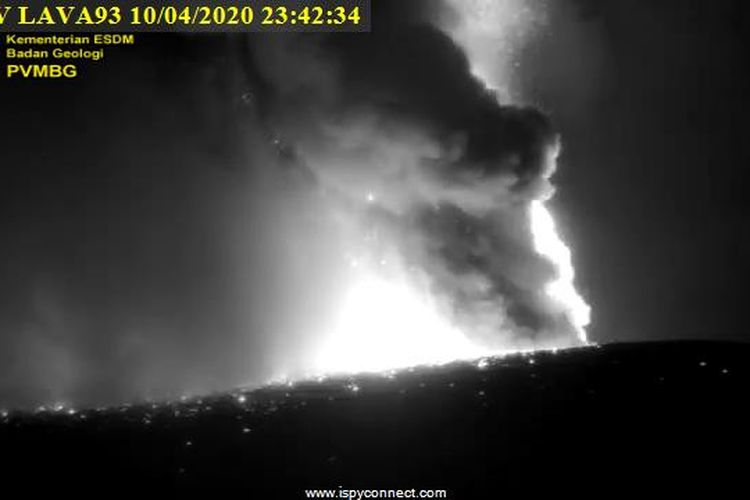 Erupsi Gunung Anak Krakatau, Jumat (10/4/2020) malam terpantau kamera pengawas PVMBG.