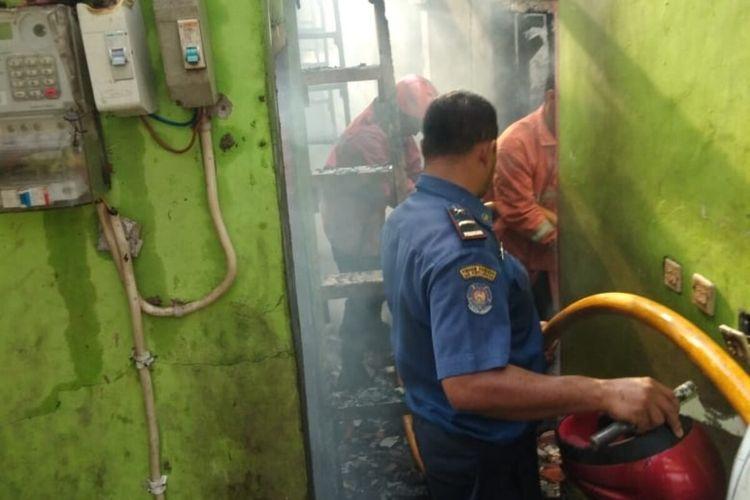 Petugas pemadam kebakaran sedang berusaha memadamkan api yang menghanguskan sebuah pondok pesantren di wilayah Katulampa, Kecamatan Bogor Timur, Kota Bogor, Senin (10/2/2020).