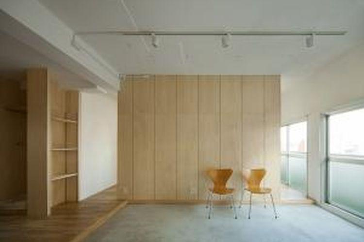 Para arsitek memainkan potongan-potongan yang berfungsi sebagai partisi. Kayu, sebagai material alami, diterapkan di seluruh ruangan untuk menciptakan suasana hangat dan nyaman.
