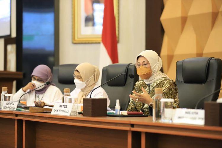 Menteri Ketenagakerjaan (Menaker) Ida Fauziyah dalam Sidang Pleno Lembaga Kerja Sama (LKS) Tripartit Nasional (Tripnas) Tahun 2021 di Jakarta, Senin (22/3/2021).