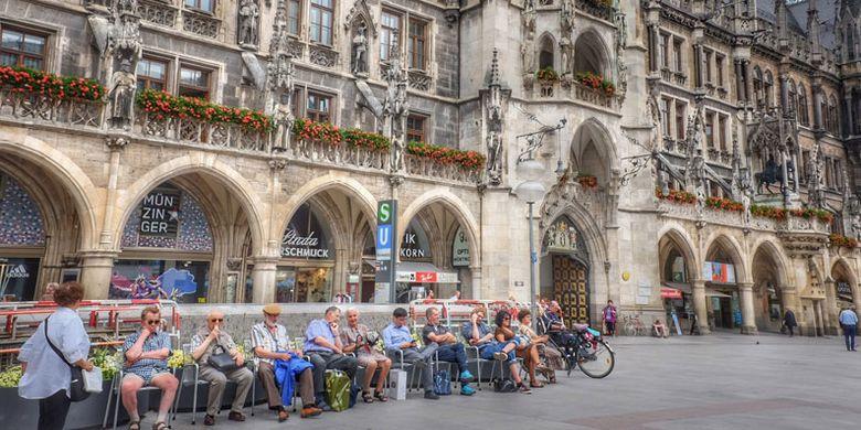 Balai Kota Tua Munich di Jerman. Ini adalah gedung dewan gothic dengan aula dan menara yang telah direkonstruksi ulang.