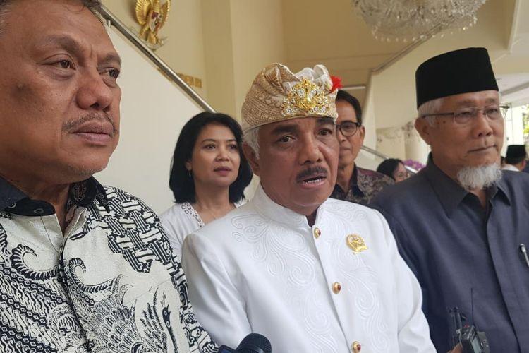 Ketua Umum Asosiasi FKUB Indonesia Ida Pangelingsir Agung Putra Sukahet (tengah) usai bertemu Wapres Maruf Amin di Kantor Wapres, Jakarta, Selasa (10/3/2020).
