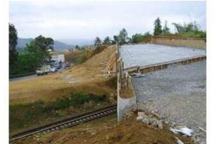 LINGKAR GENTONG - Jembatan rel kereta api Terowek di kawasan rawan kecelakaan Gentong, Kabupaten Tasikmalaya, Selasa (31/7/2012) hampir rampung sehingga mempercepat penyelesaian jalur Lingkar Gentong sepanjang 1,2 km untuk menunjang kelancaran arus mudik dan arus balik Lebaran 2012.