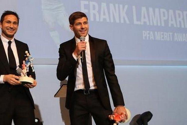 Frank Lampard dan Steven Gerrard meraih gelar PFA Merit Award 2015.