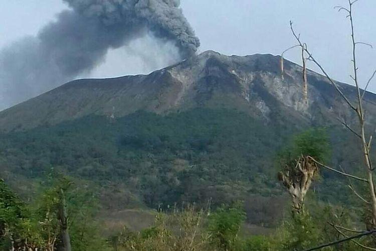 Foto : Gunung Ile Lewotolok, Kabupaten Lembata, NTT, alami erupsi, Jumat pagi.