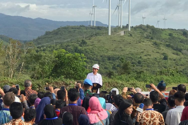 Presiden Joko Widodo saat meresmikan PLTB Sidrap di Sulawesi Selatan, Senin (2/7/2018).