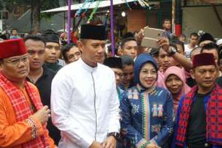 Calon gubernur dan wakil gubernur DKI Jakarta, Agus Harimurti Yudhoyono dan Sylviana Murni, menyapa warga secara bersama-sama sebelum menghadiri pertemuan dengan komunitas Betawi di Kramat Sentiong, Jakarta Pusat, Rabu (30/11/2016).