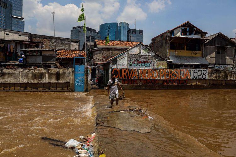 Suasana jembatan Kebalen VII di Kali Krukut masih tertutup air di Kebayoran Baru, Jakarta Selatan, Senin (5/10/2020). Akibat hujan deras pada Minggu (4/10/2020) malam, membuat jembatan di kebalen 7 kali krukut tidak bisa dilewati warga atau pemotor yang akan melintas.
