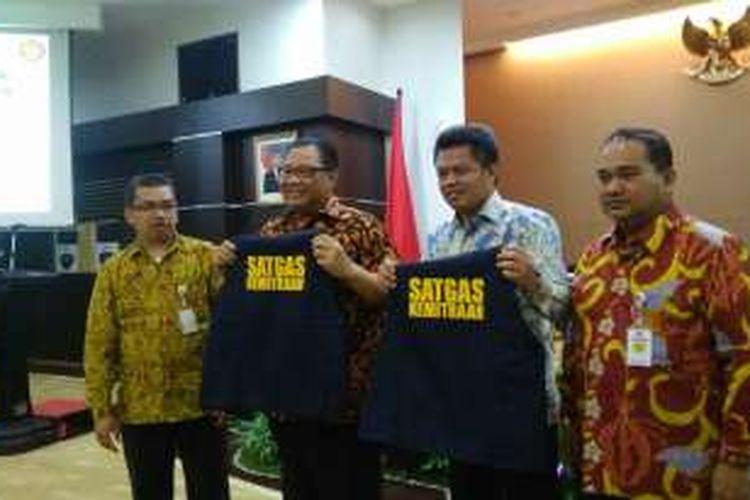 Menteri Koperasi dan UKM AAGN Puspayoga (kedua kiri) dan Ketua Komisi Pengawas Persaingan Usaha Syarkawi Rauf (kedua kanan) di Kantor Kementerian Koperasi dan UKM Jakarta, Selasa (23/8/2016).