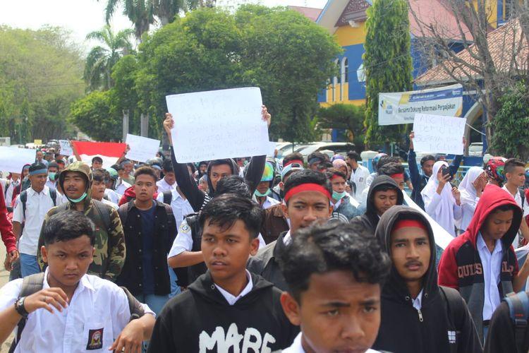 Ribuan pelajar SMK berdemonstrasi di depan gedung DPRD Lhokseumawe, Aceh, Senin (30/9/2019)