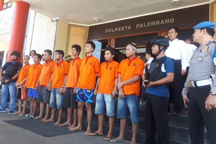 Delapan dari 30 tahanan Polresta Palembang yang kabur berhasil ditangkap kembali setelah dilakukan pengejaran oleh petugas, Senin (6/5/2019). Mereka kabur setelah merusak ventilasi sel dengan menggunakan kayu balok.