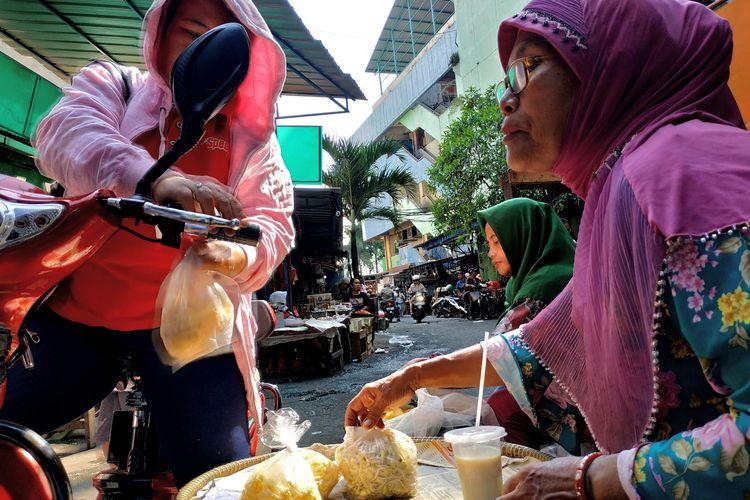 Bu Rini (kanan) menjual toge terakhirnya kepada pembeli di Pasar Palmerah, Jakarta Barat pada Kamis (11/7/2019).