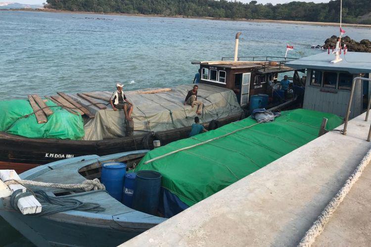 Tiga kapal yang mengangkut barang illegal berhasil ditangkap Tim Gabungan Western Fleet Quick Response (WFQR) Pangkalan Utama Angkatan Laut (Lantamal) IV Tanjungpinang dan Pangkalan Angkatan Laut (Lanal) Batam di perairan Sungai Lekop Sagulung, Batam, Kepulauan Riau, Rabu (21/3/2018) sore kemarin.
