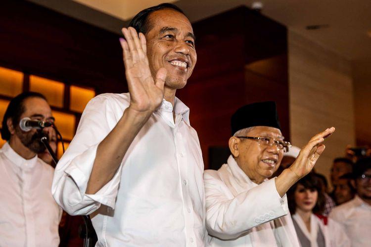 Calon Presiden nomor urut 01, Joko Widodo didampingi sejumlah pimpinan Parpol pendukung saat memberikan keterangan terkait Pilpres 2019 di Jakarta, Rabu (17/4/2019). Pasangan Jokowi-Maruf Amin menyatakan akan menunggu hasil resmi dari KPU meskipun sejumlah lembaga survei memenangkan mereka dalam hitung cepat.