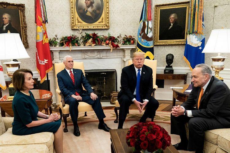 Presiden Amerika Serikat Donald Trump dan wakilnya Mike Pence (dua dari kiri) saat bertemu Pemimpin Minoritas Senat AS Chuck Schumer (kanan) dan Pemimpin House of Representatives Nancy Pelosi (kiri) di Gedung Putih Selasa (11/12/2018).