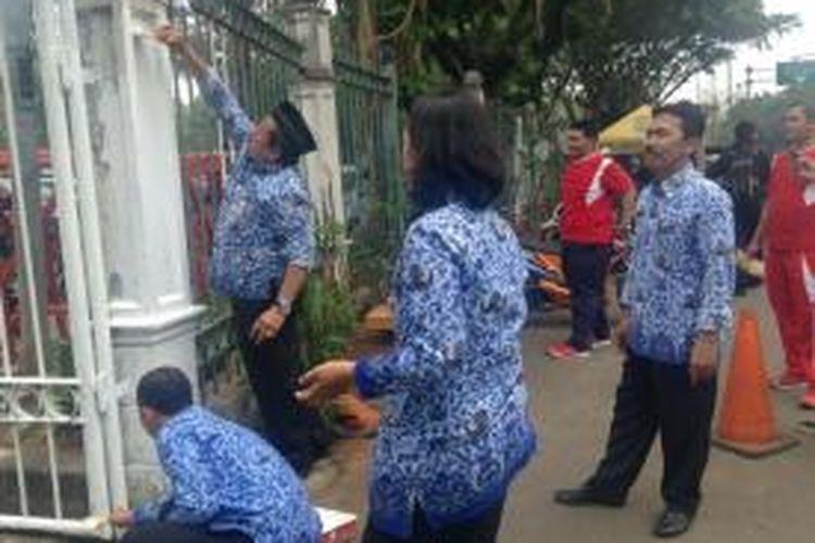 Sejumlah Pegawai Negeri Sipil terlihat mengecat pagar kawasan Monas, Jakarta, Selasa (10/11/2015).
