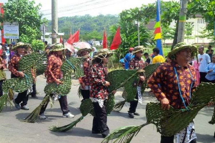 Atraksi reog jaran blarak tampil dalam Kirab Budaya dalam rangka HUT ke-496 Kabupaten Semarang, Rabu (15/3/2017) siang.