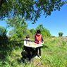 Susah Sinyal, Anak Ini Keluar Rumah dan Sekolah Online di Bawah Pohon