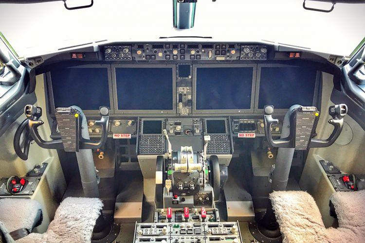 Kokpit B737 MAX 8 Lion AIr yang terlihat lebih ringkas dengan panel layar lebih besar.