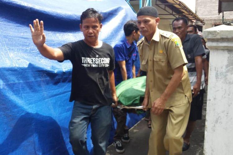JENAZAH Hamim Hardiansyah (47), Ketua KPPS 31, Pasarean, Kelurahan Pamoyanan, Kab. Cianjur, Jawa Barat saat dibawa ke rumah duka dari RSUD Sayang, Cianjur, Selasa (23/04/2019). Hamim meninggal dunia karena kelelahan usai bertugas di TPS.