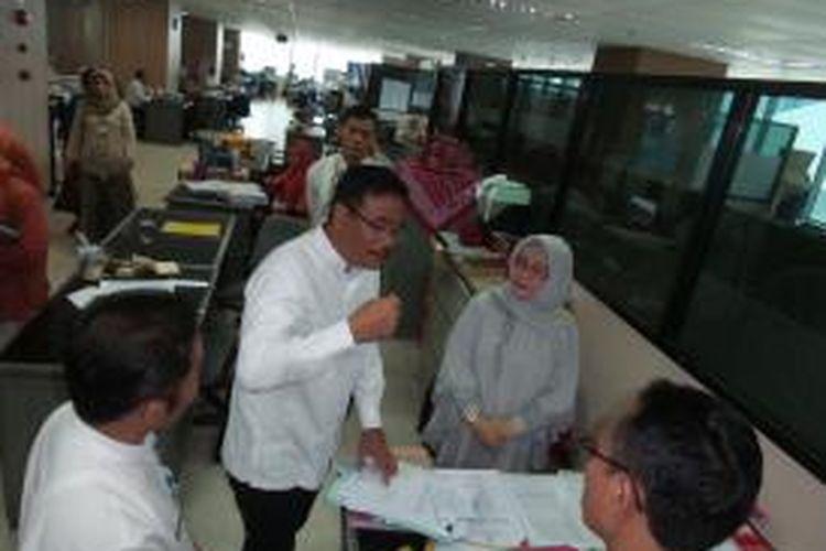 Wakil Gubernur DKI Jakarta Djarot Saiful Hidayat saat melakukan inspeksi mendadak ke Kantor Biro Umum, di Balai Kota, Jumat (15/5/2015). Sidak dilakukan untuk mengecek jumlah PNS yang masuk pada
