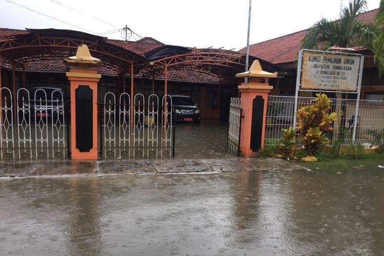 Kantor KPU Kabupaten Pamekasan, selalu menjadi langganan banjir ketika hujan deras. Namun kotak suara kardus aman di gudang penyimpanan.