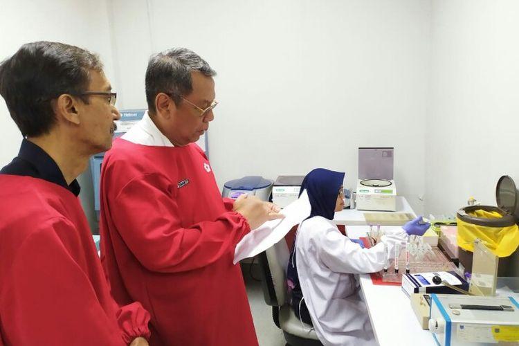 Wakil Wali Kota Tangerang Selatan, Benyamin Davnie mendatangi Palang Merah Indonesia (PMI) Tangerang Selatan Jalan Cendikia, Serpong, Tangerang Selatan, Rabu (11/3/2020). Kedatangan Bemyamin untuk mengecek ketersediaan trombosit setelah adanya 87 penderita demam berdarah (DBD) di Tangerang Selatan sejak bulan Januari hingga Maret 2020.