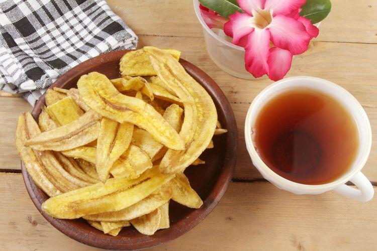 Ilustrasi keripik pisang manis dan secangkir teh.