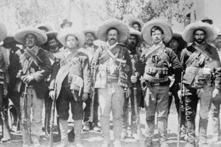 Pancho Villa (tengah) bersama pasukan revolusi Meksiko di Hacienda de Bustillos, Chihuahua, Meksiko, 1911.