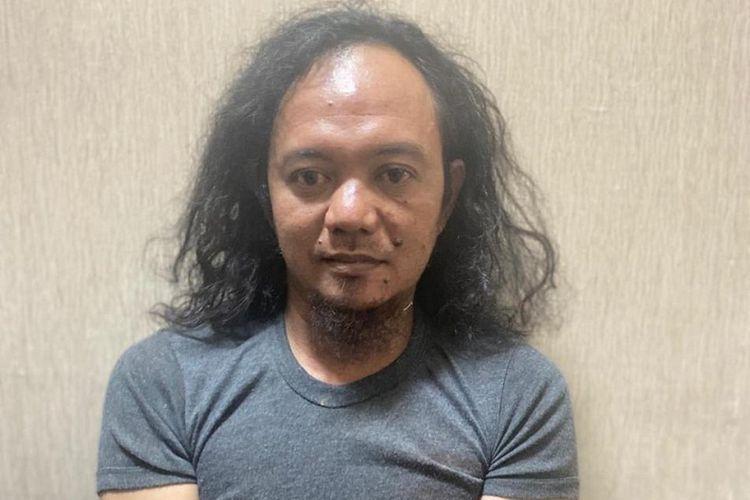 Terduga teroris AS yang ditangkap di Pangkalpinang kini dalam status buronan setelah kabur Kamis (1/7/2021) dinihari. Polisi meminta warga untuk melaporkan jika melihat pria ini.