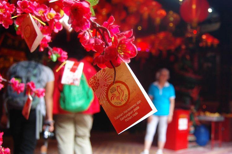Salah satu pernak-pernik menghiasi perayaan Imlek di Vihara Dhanagun, Kota Bogor, Jawa Barat, Sabtu (28/01/2017). Tiap tahunnya, warga keturunan Tionghoa baik yang berasal dari Bogor maupun luar Bogor memadati Vihara Dhanagun untuk beribadah.