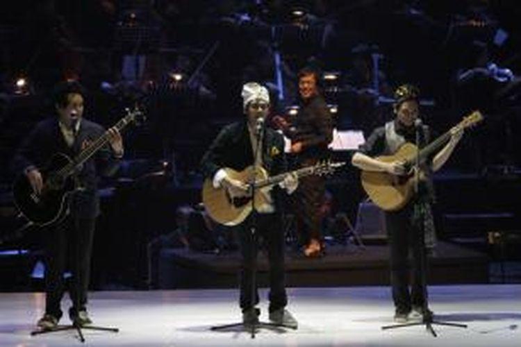 The Overtunes ambil bagian dalam konser Satu Indonesia: Salute to Guruh Soekarno Putra, di Plenary Hall, Jakarta Convention Center, Senayan, Jakarta, Rabu (26/11/2014) malam. Mereka didukung oleh orkestra yang dipimpin oleh Erwin Gutawa (di belakang The Overtunes).