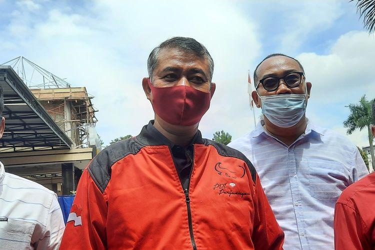 Ketua DPC PDIP Kota Tasikmalaya, Jawa Barat, Muslim, memberikan keterangan resmi usai melaporkan informasi hoaks terkait Megawati Soekarno Putri di Polresta Tasikmalaya, Senin (13/9/2021).