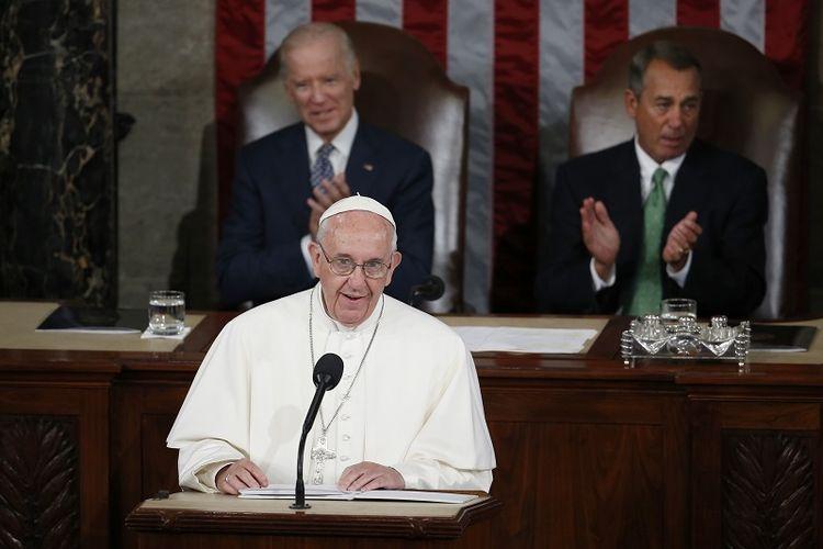 Dalam file foto Kamis 24 September 2015 ini, Paus Fransiskus berpidato di pertemuan gabungan Kongres di Capitol Hill di Washington, membuat sejarah sebagai Paus pertama yang melakukannya. Mendengarkan di belakang Paus adalah Wakil Presiden Joe Biden dan Ketua DPR John Boehner dari Ohio.