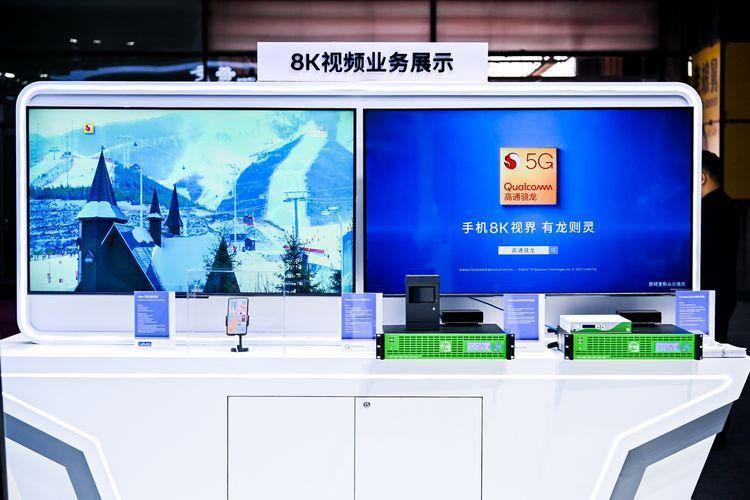 Ponsel 5G Vivo dipakai streaming video 8K sekaligus menampilkan video tersebut di TV 8K.