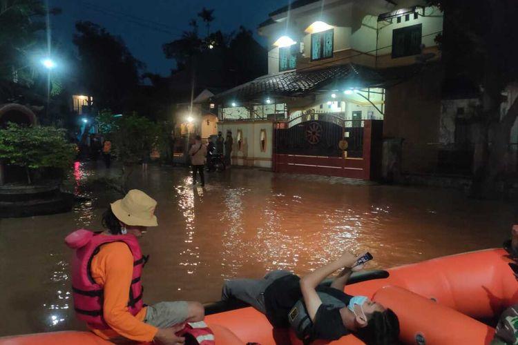 Sejumlah petugas sedang mengevakuasi warga terdampak banjir di Kabupaten Bogor, Jawa Barat, Sabtu (20/2/2021).