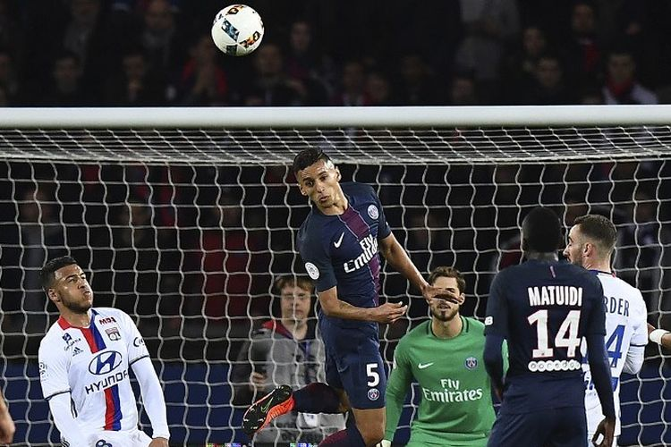 Bek Paris Saint-Germain asal Brasil Marquinhos menghalau bola selama pertandingan sepak bola Liga Perancis, Paris Saint-Germain (PSG) vs Olympique Lyonnais (OL) di stadion Parc des Princes di Paris pada 19 Maret 2017